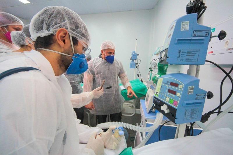 Médico intensivista