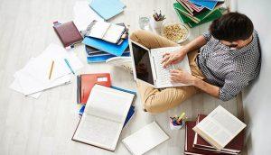 Rapaz estudando
